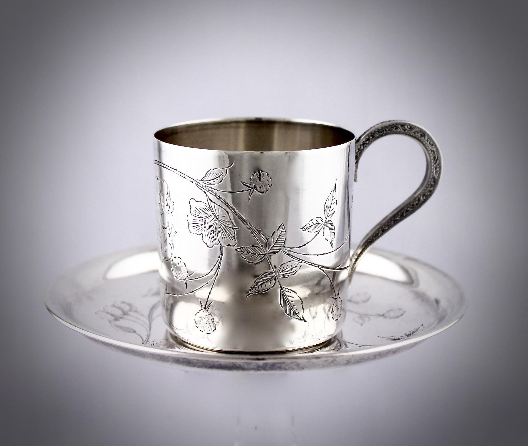 Кофейная серебряная чашка с блюдцем