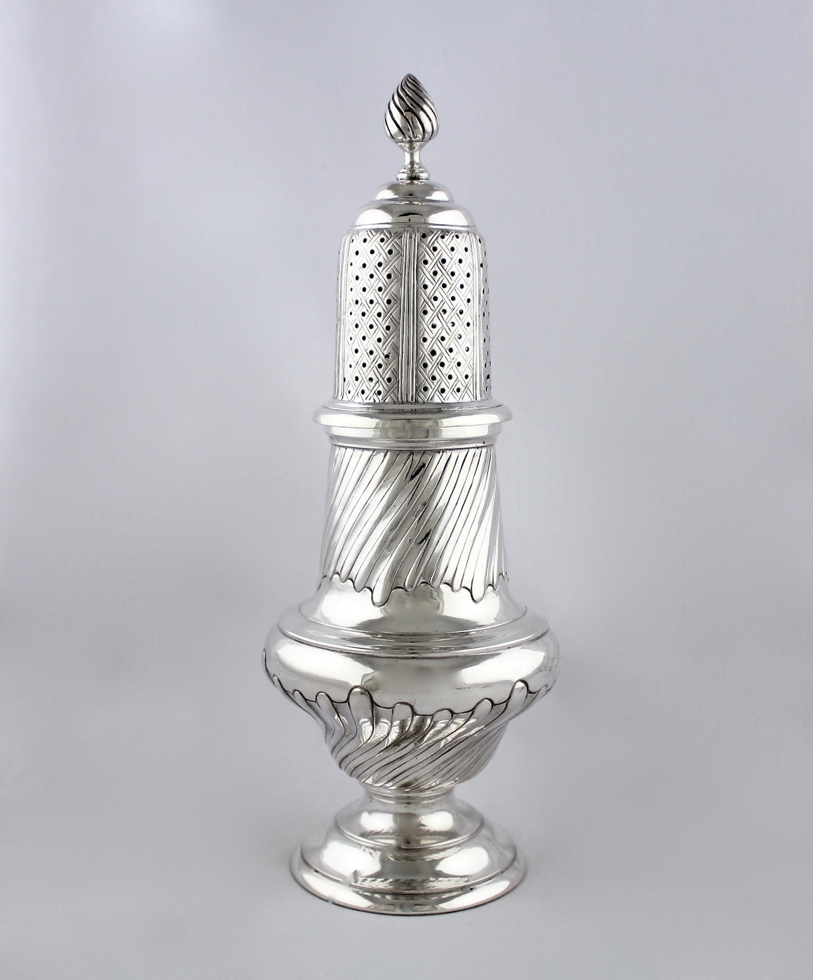 Высокий серебряный шейкер для специй